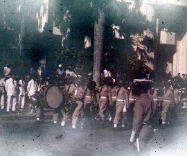 Des militaires défilent pour l'indépendance de Madagascar, en 1956