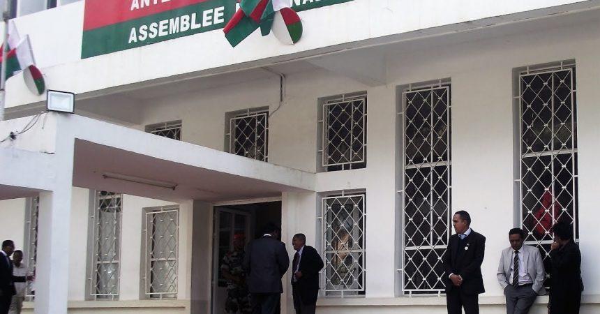 à l'entrée de l'assemblée nationale de Madagascar