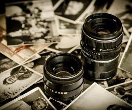 Un appareil photo posé sur des pellicules