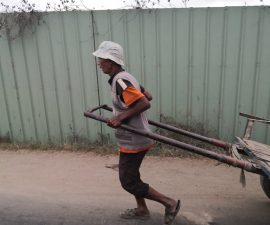 Un tireur de pousse-pousse à Madagascar