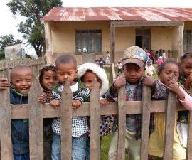 Des enfants malgaches à l'école à Madagascar