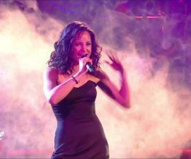 Marghe Davico entrain de chanter lors de l'émission The Voice