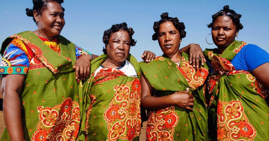 Quatres femmes malgaches souriantes